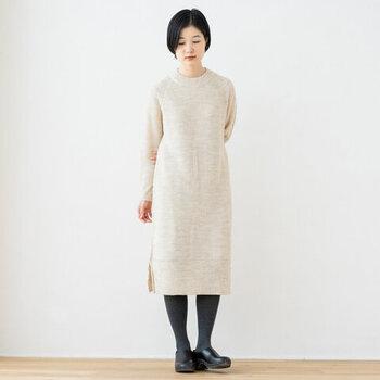 アルパカ・ウール・アクリル素材を混紡したニットワンピース。暖かいだけでなく軽い着心地で、ゆるっと着用できます。裾や袖口のリブデザインが、シンプルながらも洗練された印象。サイドにはスリットが入っているので、こなれ感も演出できます。