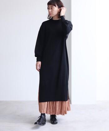 ウールとシルクを素材に使用した、黒のニットワンピースです。袖口に細かなギャザーを施し、女性らしいゆったり感を演出しているのがポイント。14ゲージの編み地なので、秋から春先まで、ロングシーズン着回しができるアイテムです。