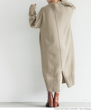 厚手で柔らかな素材を使用した、しっかりと暖かいニットワンピースです。タートルネックや裾に長めのリブが入ったデザインで、トレンド感も抜群。バックにはラインとスリットが入った今っぽいデザインで、一枚で着てもタイツやレギンスを合わせてもおしゃれにキマります。