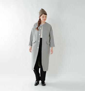 ブラウン系のニット帽に、グレーのロングコートを合わせたキレイめスタイル。白ニット×黒パンツ×グレーコートのスタイリッシュな着こなしに、ニット帽を合わせることで大人の遊び心をプラスしたスタイリングに仕上げています。