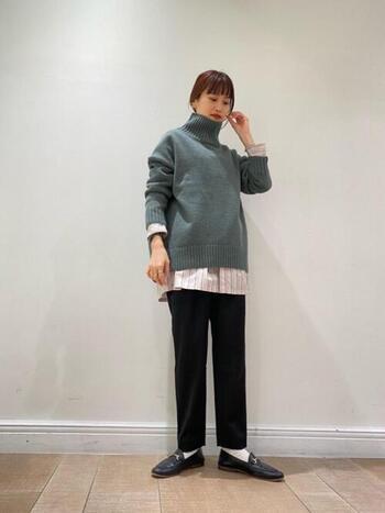 シャツからタートルネックの襟を覗かせるだけでなく、タートルネックからシャツの裾を見せるのはどうでしょう?袖からもちらりと覗かせて、さりげなくお洒落に。シルエットも見違えます。