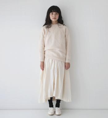 ホワイトニット×スカートで、ロマンティックに仕上げた大人のワントーンコーデ。中にブラックの靴下やタイツを仕込むだけで、さり気なく着ぶくれを防げますよ。