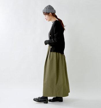 グレーのニット帽に、ボーダートップスとカーキのフレアスカートを合わせたコーディネート。黒のカーディガンを羽織って、暖かさと引き締め感をプラスしています。足元はローファーシューズをチョイスして、ニット帽のカジュアル感を抑えているのがポイントです。
