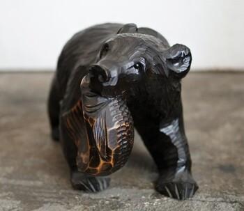 北海道の郷土玩具の「木彫りの熊」。北海道でも地域によって、毛並みが短かったり特徴があります。北海道を周遊される場合は、それぞれの地域の木彫りの熊をチェックしてみてはいかがでしょうか。