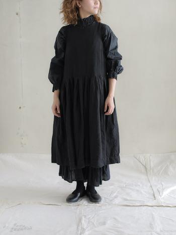 ふんわりとしたボリュームが美しいブラックワンピースには、さらにブラックのロングスカートを合わせて。奥行きが出ておしゃれに見え、重ね着で暖かさもアップできます。