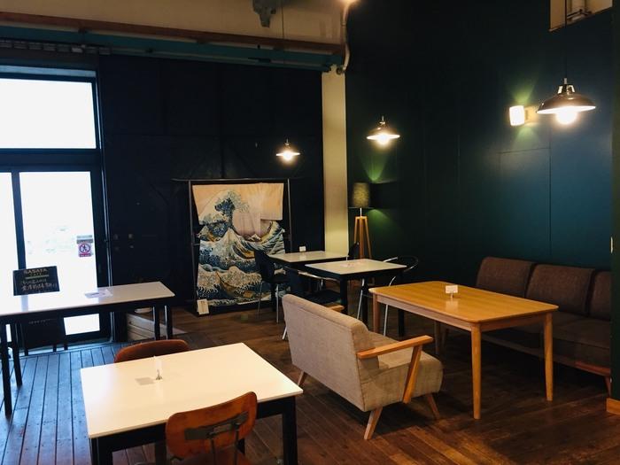 大横川親水公園に面している店内には、ぱっと目をひく黒板アート。年に1度新しいデザインにリニューアルするそうで、現在描かれているのは「和」をコンセプトにしたダイナミックな絵柄。チョーク1本で描かれているとは思えないほど繊細で美しい作品です。