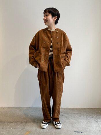 コーデュロイ素材のジャケット×パンツで、あたたかみたっぷりのブラウンコーデ。インナーにはしっくり馴染むカーキブラウンのボーダー柄を合わせて、自然に抜け感を出しています。