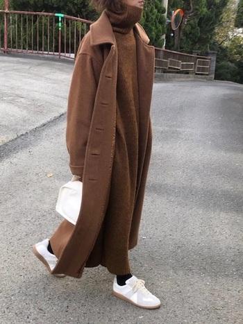 ロング丈×ロング丈を重ねたブラウンワントーンで、ゆったり大人っぽいコーデに。重量感が出るぶん、足元に明るいホワイトスニーカーを添えると、軽やかに仕上がります。