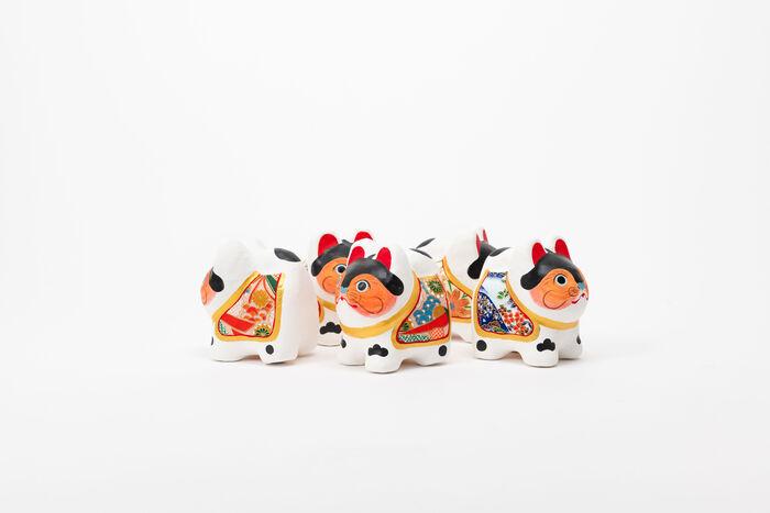 江戸の郷土玩具の代表でもある犬張子。そのルーツは宮中の産室に飾られていた犬ばこだそうで、それが江戸時代の後期に、病気をせずにすくすくと育つ犬の子にあやかり、安産や子どもの健康を祈願する縁起物の郷土玩具として親しまれるようになりました。