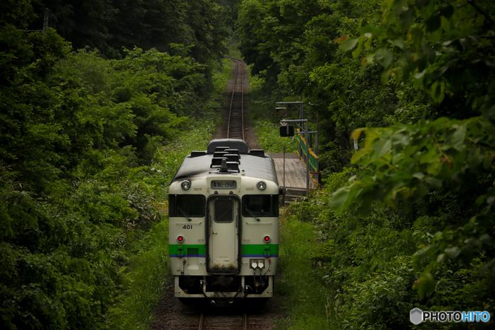 周囲に民家がなく、人里離れた鬱蒼と茂る山林の中に佇む秘境駅に列車が乗り入れる瞬間は、なんともいえないノスタルジックな雰囲気が漂います。秘境駅は、鉄道が日本で開拓されたばかりの歴史を静かに刻み続けています。