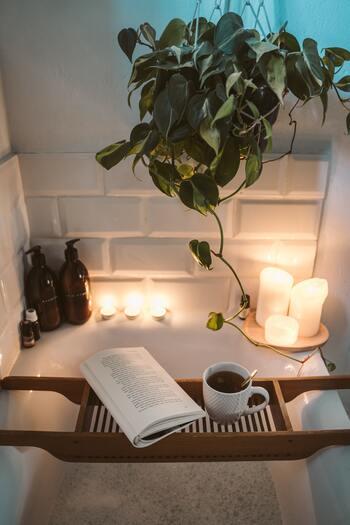 夜は食事と入浴を就寝時間から逆算して、睡眠環境を整えるようにしましょう。食事は消化のことも考えて「就寝時間の3~4時間前まで」、入浴は「1~2時間前くらいまで」がおすすめです。眠る頃に深部体温が下がり、自然と質の良い睡眠を取れるようになるはずですよ。