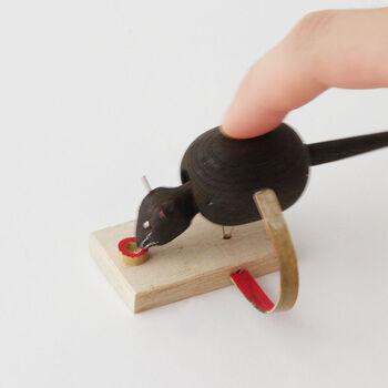 当時流行したカラクリ人形の影響を受けて作られた可愛らしいネズミの玩具。ネズミがコツコツとお米を食べる様子から、お金がコツコツと貯まる縁起物として昔から人気があります。竹の部分を指で押すと、コツっという音がしてネズミがお米を食べているかのような姿に。心地よい音はつい指で押してしまいたくなるかも。
