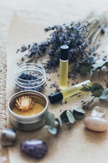 リラックス効果やリフレッシュ効果が期待できることでも有名なアロマ。お部屋で焚いて香りを楽しむのはもちろん、ハンカチなどに数滴落として、いつでもどこでも香りを感じられるようにしておく方法もおすすめです。好きな香りや心が落ち着くと感じる香りは、心を元気にするお守りになってくれるでしょう。