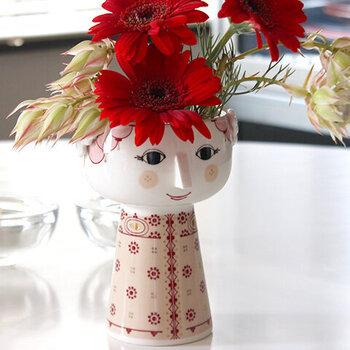 デンマークの国民的アーティストとして人気のビヨン・ヴィンブラッドのデザインを、陶器やテキスタイルに復刻している「JORN WIINBLAD(ビヨン・ヴィンブラッド)」。人形のようなデザインのフラワーベースは、花を生けなくても存在感たっぷり。お花を挿すと、まるで髪の毛のように空間をおしゃれに彩ってくれます。