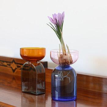 受け皿と土台をツートンカラーで分けた、オブジェのように美しいガラスのフラワーベース。受け皿部分は取り外し可能なので、花を生けるだけでなく、球根や観葉植物の水耕栽培にも使用できます。