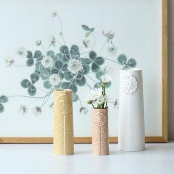 大きな花のモチーフをメインに、細やかな花柄デザインがあしらわれたフラワーベースです。数本のお花でもバランスよく飾ることができるので、普段使いにぴったり。シンプルながらも華やかなので、さまざまなインテリア空間にマッチします。