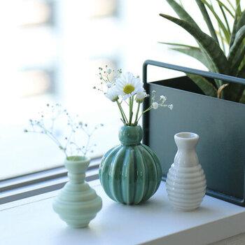 小ぶりなフラワーベースが、3つセットになっているアイテム。口径の細いデザインで10~12cmほどの小さな花を飾るだけでもサマになるので、家の近くに生えている小花などを挿してもOK。3つ並べて、オブジェとして飾ってもおしゃれです。