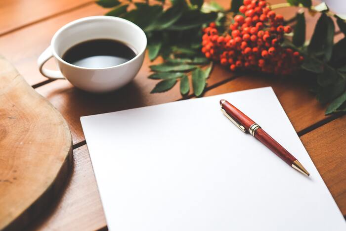 誰かに見せる必要はないので、きれいに書く必要はありません。思ったことを箇条書きにしていくだけでOK。紙とペンがあれば、いつでもどこでもできます。紙に書き出すことで考えを整理でき、新しいアイデアが生まれることもあるでしょう。