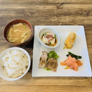 ランチの人気は、数種類のデリから4つセレクトできる「本日の和デリプレート」。卵やお肉、お魚などバリエーション豊富で、いろんなおかずを少しずついただけるのがうれしいですね。ごはんは、五分づきの玄米でもっちりふっくら炊きたてを味わえます。