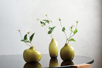 アシンメトリーな形と、グラデーションカラーのガラスがユニークなフラワーベースです。シンプルながらも洗練された印象で、どんな草花も引き立ててくれる魅力を持っています。