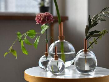 ガラス製の球体に、コルクと銅管を組み合わせたフラワーベースです。ころんとした球体なので、茎を長めに残しても転がることがありません。サイズもS・M・Lと3種類から選べるので、違うサイズを横に並べるのも素敵ですよ。