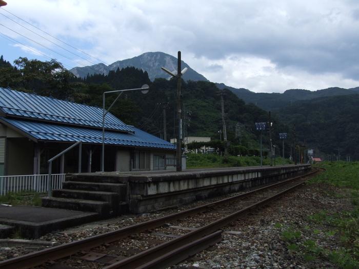 新潟県糸魚川市にある小滝駅は、長野県松本駅と新潟県糸魚川駅を結ぶ大糸線沿線上の無人駅です。