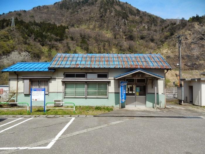 青いトタン屋根の駅舎は、小滝駅が開業された1935年に造られたものが現存しています。小滝駅の駅舎は、この地に鉄道が敷かれてから85年もの間、静かに時間を刻み続けています。