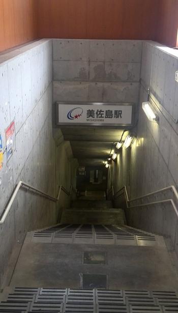 地上にある美佐島駅の駅舎を一見すると普通の駅のように見えますが、駅舎をくぐると地下約10.1メートルの位置にある長いトンネルが続いています。