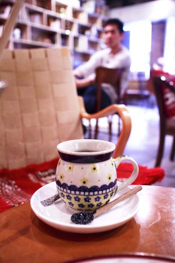自家焙煎のコーヒーを飲みながら、異国気分に浸ってみませんか?おなかが空いている方は、カレーやガパオライス、パスタなどのフードメニューもありますよ。