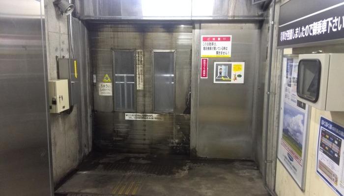 美佐島駅のホームは、列車通過時に激しい風圧が起こるため、安全確保のためにホームと地下通路の間には頑丈な扉で区切られています。そのため、美佐島駅では列車が到着するまでホームに入ることができないようになっています。