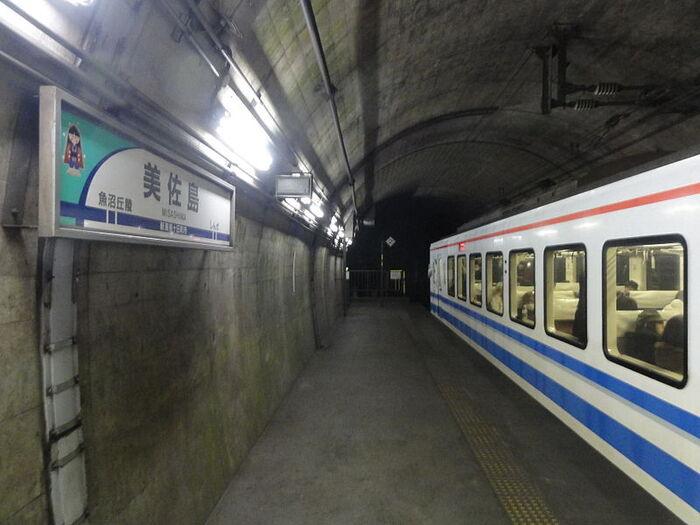 列車が到着すると、地下待合室の頑丈な扉が開き、ようやくホームに出ることができます。美佐島駅のホームは、単式1面1線・全長45メートルとなっています。
