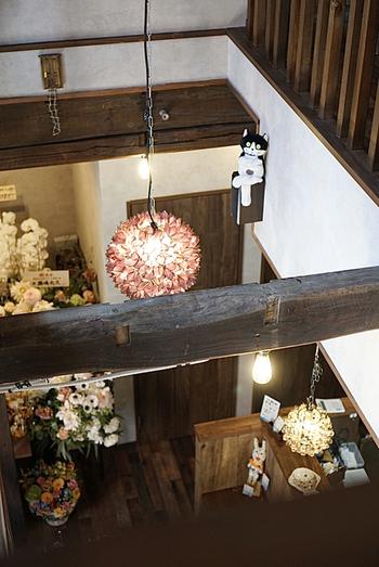 2階から見下ろすと、太い立派な梁が目に入ります。店内をムーディーに照らすアンティーク風の照明もおしゃれですね。
