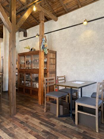 使い込まれた柱や異なる濃淡のフローリングが味わい深い店内は、天井が高く開放感があります。