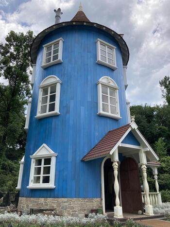 ムーミン屋敷は中にも入ることができ、ガイドさんの説明を聞くことも可能です。大人から子供まで、わくわくしてしまいますね。