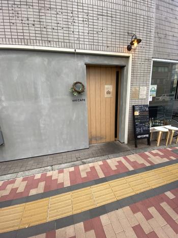 錦糸町駅から四つ目通りを歩いて10分ほど、錦糸公園やオリナスのそばにある「Uni Cafe(ウニ カフェ)は、人気の北欧テイストのカフェ。洗練されたシックな外観と小さなリースが目印です。