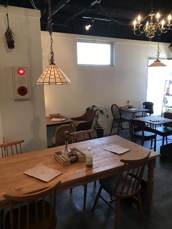 おしゃれな木のテーブル&チェア、ランプシェードなど、さりげなくセンスが光る店内。夢心地のようなまったり落ち着ける空間です。