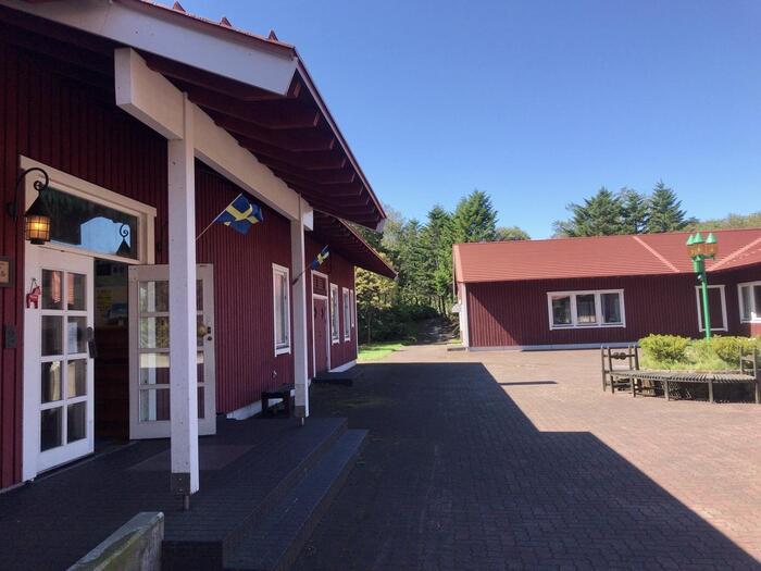 現地を訪れたスウェーデン人との交流がきっかけとなり、今ではスウェーデン・レクサンドと姉妹都市提携を結んでいます。過去にはスウェーデン国王が来訪したこともあり、まさにその景色はスウェーデンそのもの。