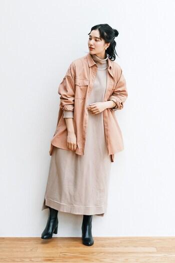 ラフに羽織るアウターとして、気軽に使えそうなコーデュロイのオーバーサイズシャツ。肌馴染みの良いスモーキーピンクが上品。ベージュのスウェットワンピースに重ねて、優しい雰囲気のコーディネート。