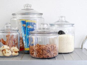 Anchor Hocking(アンカーホッキング)の定番アイテム「透明ガラスのストレートジャー」。まるごと洗えるので、清潔を保つことができます。お米やパスタ、ちょっとしたおやつを保存しておくのぴったり◎どんなキッチンにも馴染む、レトロな雰囲気が素敵です。