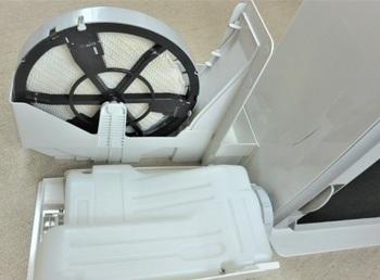 電気を使う『気化式の加湿器』はヒーターレスで、基本的には、タンク+水フィルター+送風ファンの、シンプルな構造。  水を吸ったフィルターが、ファンによる送風を受けることで、加湿します。  *画像/送風ファンが電気で動く「気化式加湿器」の構造イメージ(タンク・水フィルター)