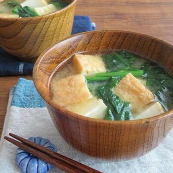 普通の豆腐もいいですが、食べ応えのある厚揚げを入れて、おかずが少なくても満足感のある味噌汁に。ほうれん草は、時間があるときに下ゆでして小分け冷凍しておくと時短になります。