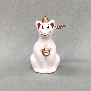 日本最古の土人形として知られている伏見人形は、今から約400年前に、伏見稲荷付近で鵤幸右衛門(いかるがこうえもん)が玩具の土人形を作ったことが始まりで、全国にある土人形の原型と言われています。