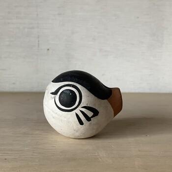 山口県の下関の郷土玩具「ふく笛」。下関では河豚を「ふく」と呼び、「福」に通じて縁起が良いと言われています。そんな下関の名産品の河豚をモチーフに粘土で形を作り、黒と白を基調に彩色された焼き物の笛。