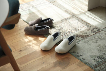丸みのあるフォルムが、キュートな印象を与えるルームシューズ。つま先が少し上がった設計になっており、ルームシューズを履いてもつまずきにくいよう作られています。インソールには低反発素材を採用し、靴を履いているかのようなフィット感を味わえます。