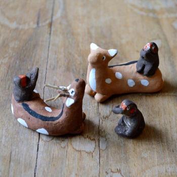 広島県の観光スポットとして人気の安芸の宮島の名産品としてお土産に人気の、鹿の上に猿が乗った、愛嬌たっぷりの土焼きの郷土玩具「鹿猿」。粘土を手で捻って作り、彩色を施した素朴な土焼きの玩具は、どれも可愛らしく、いくつも収集したくなるかも。