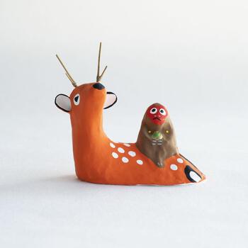 宮島張子の鹿猿。郷土玩具のコラボ的なアイテムは、鹿猿の愛くるしい姿に、宮島張子の鮮やかな色合いがよく似合います。宮島には、野生の鹿と猿が生息していたそうで、実際に鹿の背中に猿がちょこんと乗っている姿も目撃されていたそうです。