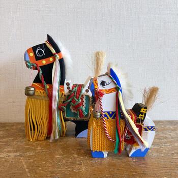 そのお祭りから生まれた郷土玩具です。「チャグチャグ」は、馬が行進する際に響く鈴の音が由来と言われています。華やかに飾り付けられた縁起の良い飾り馬は玄関やお部屋、または子供部屋など場所を選ばず、どこに飾っても素敵です。