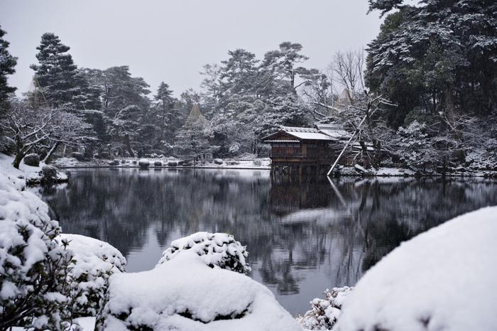 雪化粧した美しい日本庭園の景色を眺めていると、まるで水墨画の世界に入り込んだような錯覚を感じることができるでしょう。