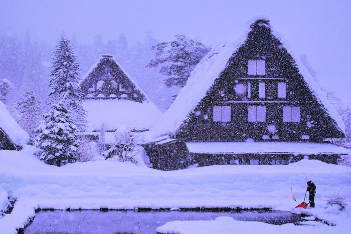 のどかな里山風景に合掌造りの茅葺家屋が点在しており、そのうえを雪が覆いつくしている様は、私たちがイメージする古き良き日本の原風景そのものです。