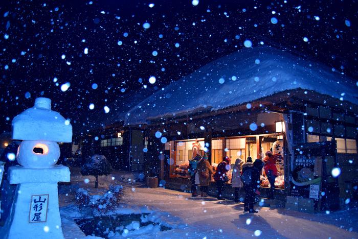 江戸時代は宿場町として栄えた大内宿では、毎年冬になると「雪まつり」が開催されます。住民の手によって造られた雪灯篭に燈された灯かり、茅葺屋根の民家の窓から漏れている明かり、降りしきる雪が織りなす景色は、まさに冬絶景そのものです。